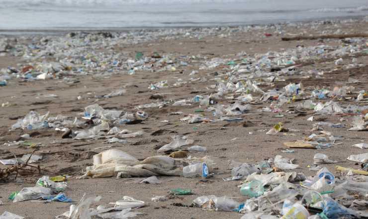 rifiuti spiaggia plastica