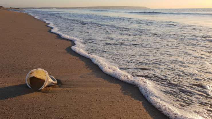 rifiuti plastica spiaggia